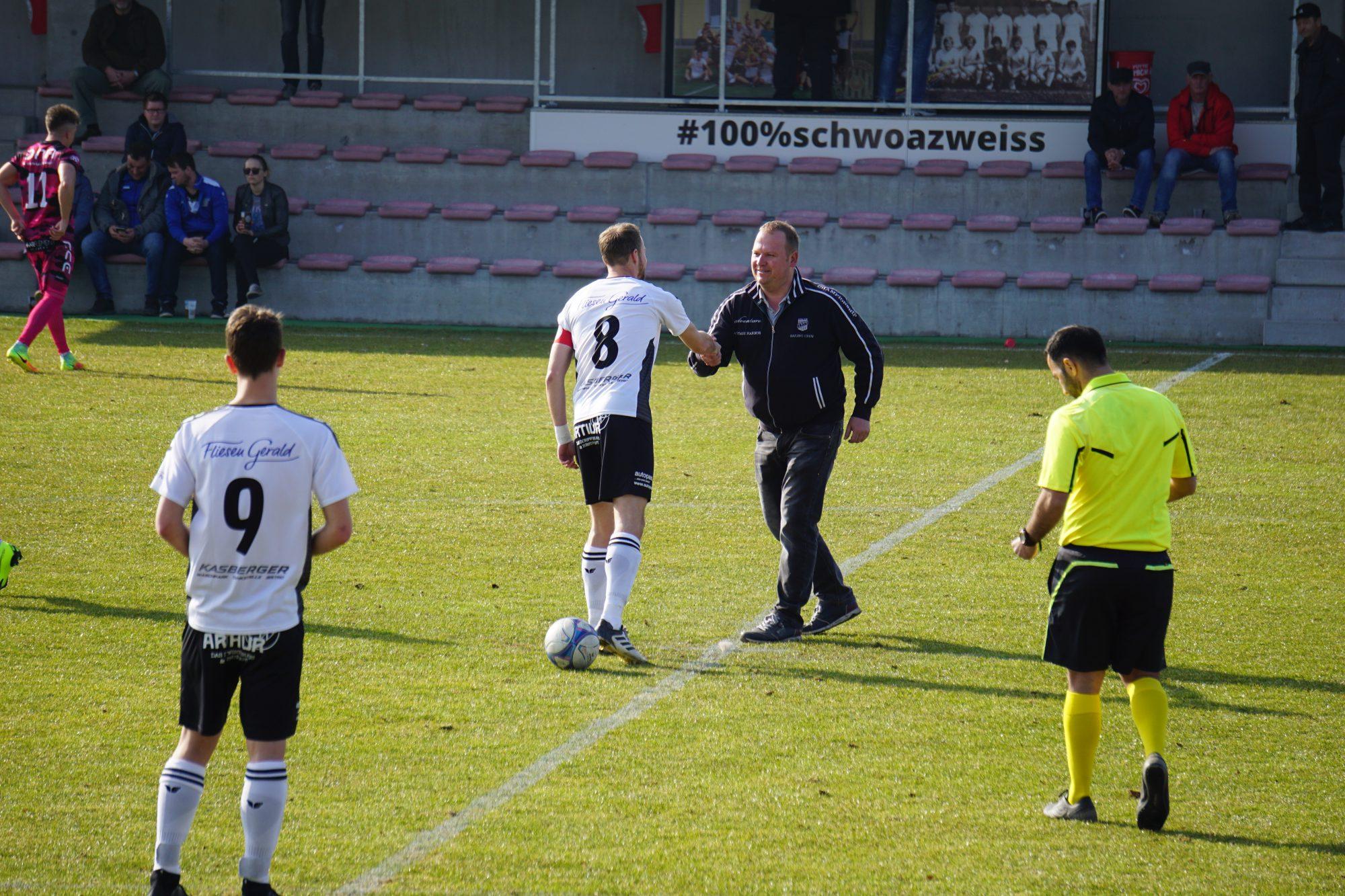 Handshake zwischen Kapitän Franz Lanzerstorfer und Matchsponsor Gerald Höglinger (Fliesen Gerald)
