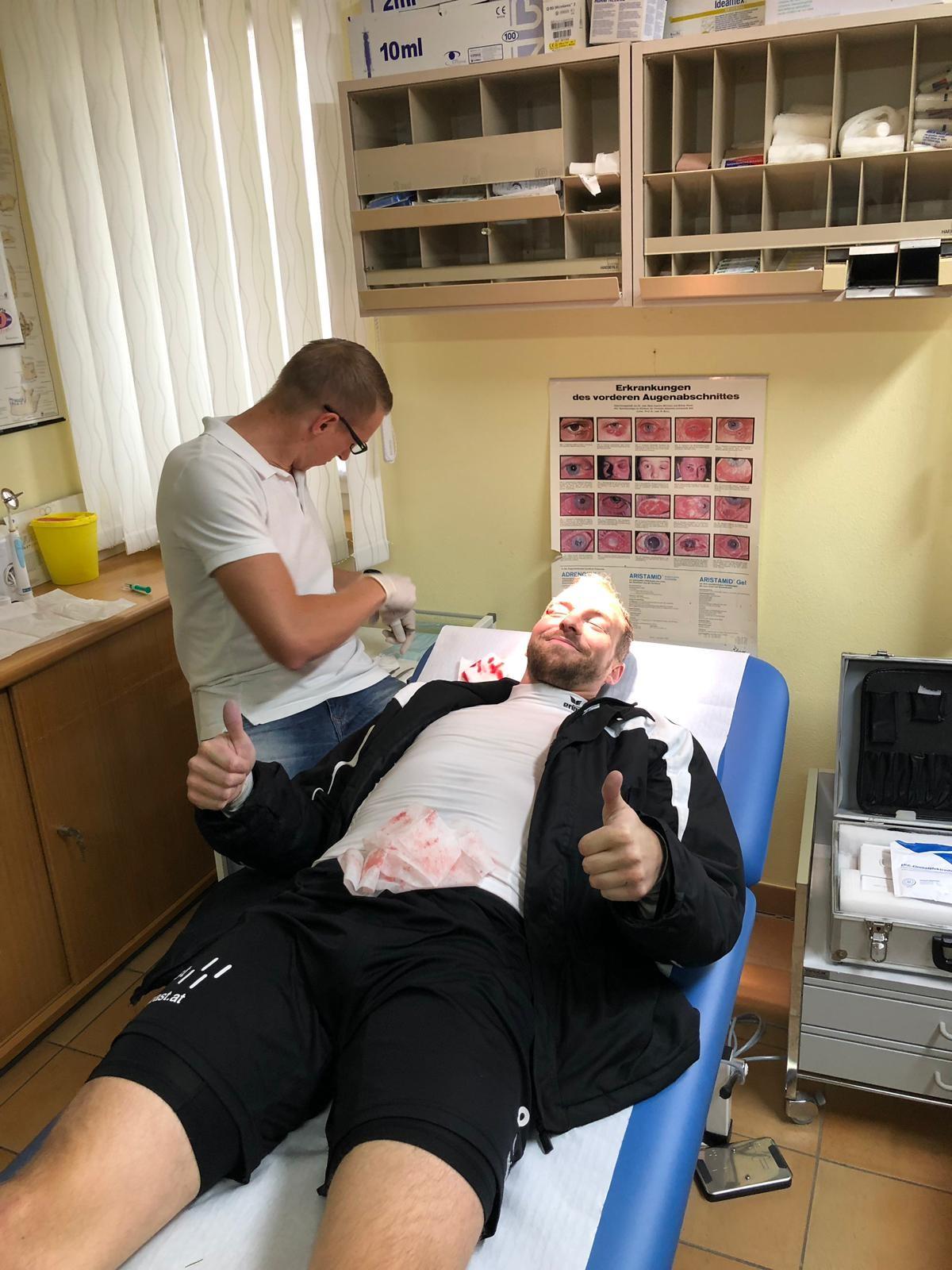 Unser Kapitän erlitt beim Torjubel ein Cut über dem rechten Auge und musste nach dem Match von Dr. Andreas Leitner versorgt werden