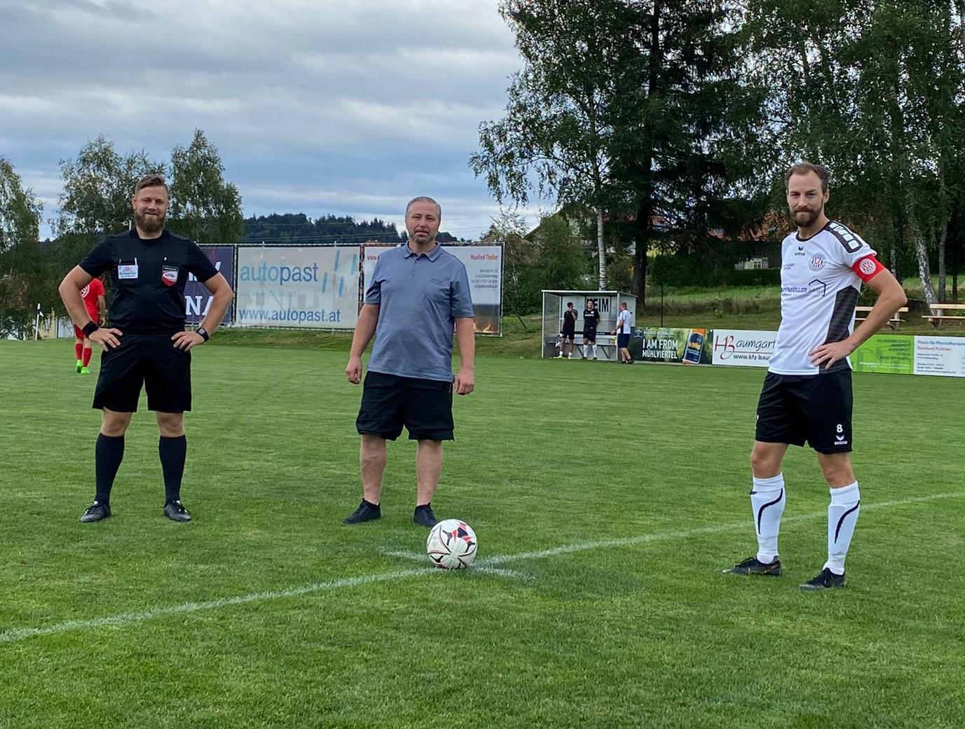 Matchsponsor und Premium-Partner Manfred Thaller (Fa. Ofen & Holz) beim Ehrenanstoß mit unserem Kapitän Franz Lanzerstofer